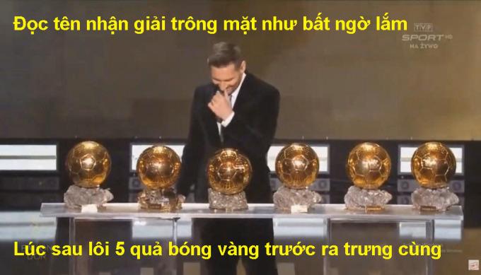 """<p> Máy quay ghi lại hình ảnh Messi thể hiện bất ngờ lúc xướng tên nhưng sau đó 5 Quả bóng Vàng được """"chuẩn bị từ nhà"""" khiến fan phải bật cười vì độ... """"hơi lố"""" của anh.</p>"""