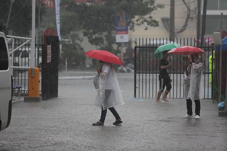 Mưa trút xuống khu vực sân vận động  Riza, Manila, Philippines.
