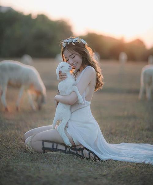 Elly Trần nựng chú cừu âu yếm trong bộ ảnh chụp ở Thái Lan.