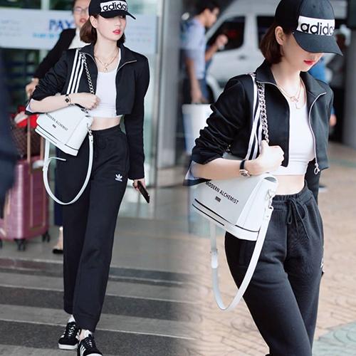 Trong lần ra sân bay mới đây, Ngọc Trinh diện trang phục khỏe khoắn. Thay vì quần áo hàng hiệu đắt đỏ như thường lệ, chân dài diện cả câyAdidas màu đen trắng, mang đến vẻ ngoài rất trẻ trung.