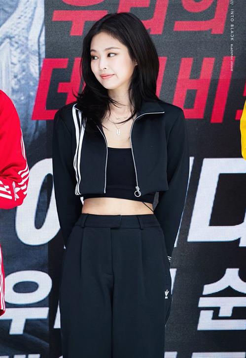 Outfit của Ngọc Trinh gây liên tưởng đến set đồ Jennie từng mặc dự sự kiện của Adidas. Hai người đẹp Việt - Hàn mặc một bộ cánh giống hệt với cách phối tương tự nhau.