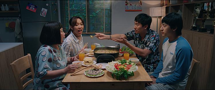 Phim có nhiều cảnh về bữa cơm gia đình, nhắc đến các món ăn của người Việt như: thịt kho, cá rán, canh chua, lẩu khế...
