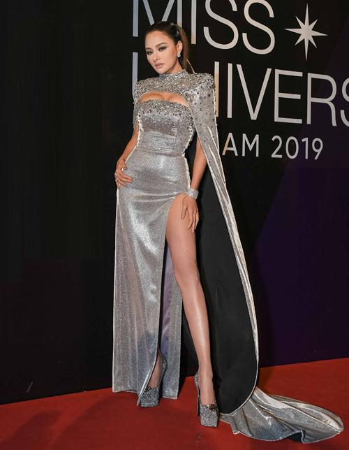 <p> Giám khảo Vũ Thu Phương cũng diện váy khoe vòng một lên thảm đỏ. Bộ đầm của cô trông càng sexy với chi tiết xẻ tà cao khoe chân.</p>