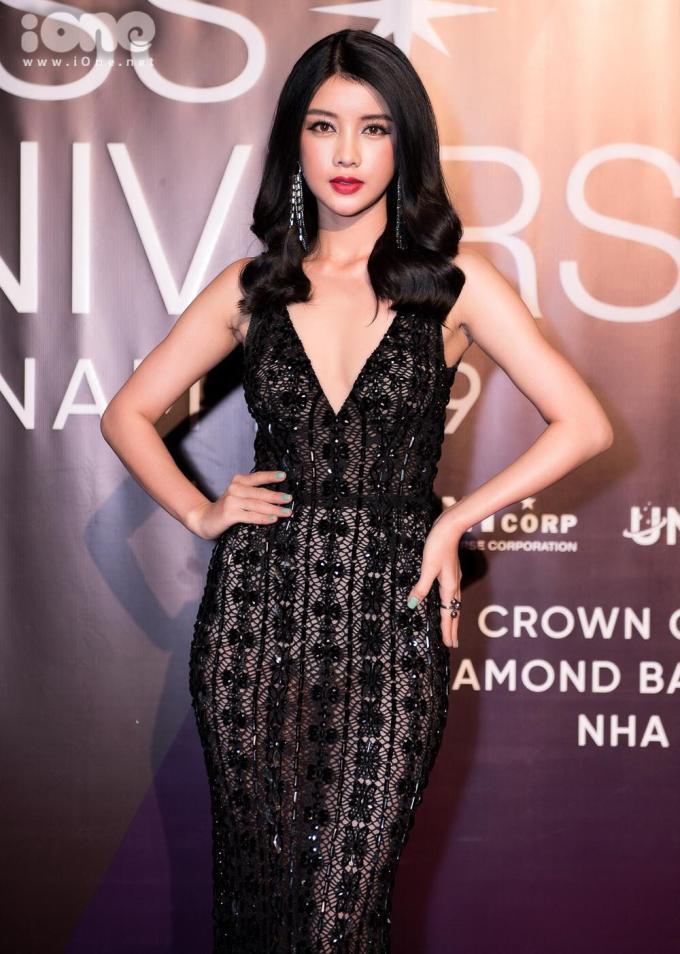 <p> Mỹ Duyên - Người đẹp Áo dài Hoa hậu Hoàn vũ Việt Nam 2017 - diện đầm xẻ ngực sâu.</p>