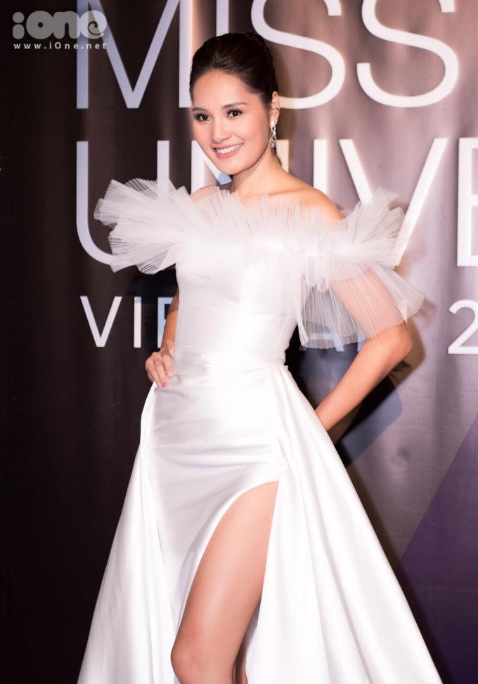 <p> Hương Giang cũng diện váy xẻ đùi. Tuy nhiên tông trắng cùng lớp voan xếp bèo giúp Hoa hậu trông rất ngọt ngào.</p>