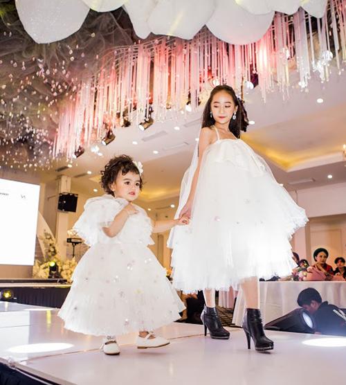 Với vóc dáng bé hạt tiêu, An Nhiên như búp bê khi mặc chiếc váy xòe bồng. Mới chỉ bén duyên với thời trang được 1 tháng, cô nhóc đã liên tục được xuất hiện trên nhiều sàn diễn như Vietnam Junior Fashion Week 10, Show Đôi Chân Biết Hát, Tuần lễ di sản văn hoá VN 2019, đồng thời còn được một số nhãn hàng book chụp lookbook.