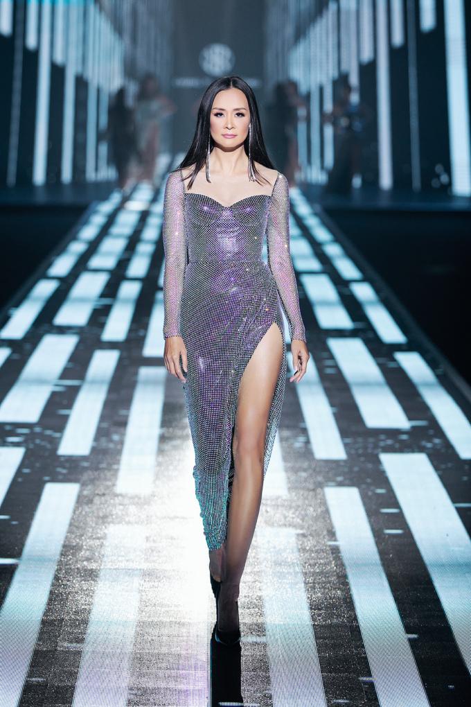 <p> Bảo Ngọc cũng là siêu mẫu thế hệ đầu của Việt Nam. Cô từng đoạt giải nhất tại cuộc thi Người mẫu Việt Nam năm 1995, Hoa hậu phụ nữ Việt Nam qua ảnh năm 2000. Thời đỉnh cao của Bảo Ngọc, cô là người mẫu hiếm hoi có chiều cao 1,76 m.</p>