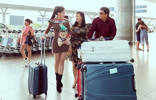 Bố mẹ Ngân Anh háo hức vì con gái tốt nghiệp loại ưu ngành Quản trị sự kiện quốc tế tại Đại học Salford ở Manchester (Anh).Gia đìnhNgân Anh có mặt ở sân bay từ sớm. Họđem theo nhiều hành lý cho chuyến đi châu Âu.