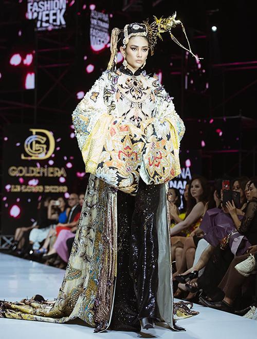 Được đánh giá là siêu mẫu hàng đầu Việt Nam với nhiều năm kinh nghiệm trong nghề, Võ Hoàng Yến vẫn khó tránh khỏi những sự cố trên sàn diễn. Tại Vietnam International Fashion Week mùa Xuân Hè 2019, cô được giao thể hiện bộ cánh đặc biệt trong show của nhà thiết kế Lê Long Dũng