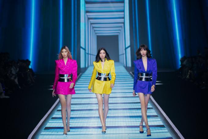 <p> Trong 120 thiết kế trình làng, Chung Thanh Phong đã chia làm hai dòng chính gồm Ready-to-wear với trang phục mang tính ứng dụng cao và dòng limited edition gồm những trang phục dạ tiệc sang trọng. Các mẫu trang phục được lấy cảm hứng từ những xu hướng nổi bật của thập niên 90.</p>