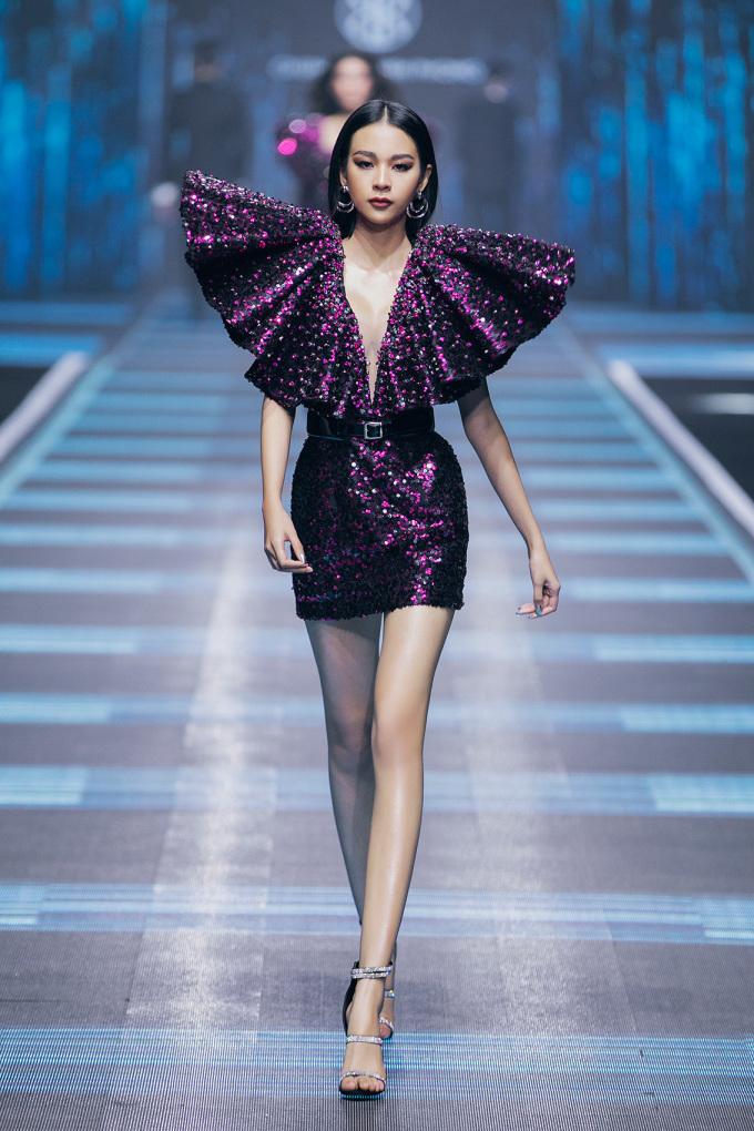 <p> Những thiết kế vai độn mang đậm tính nữ quyền cũng gợi nhắc giới mộ điệu về phong cách năm 80-90.</p>