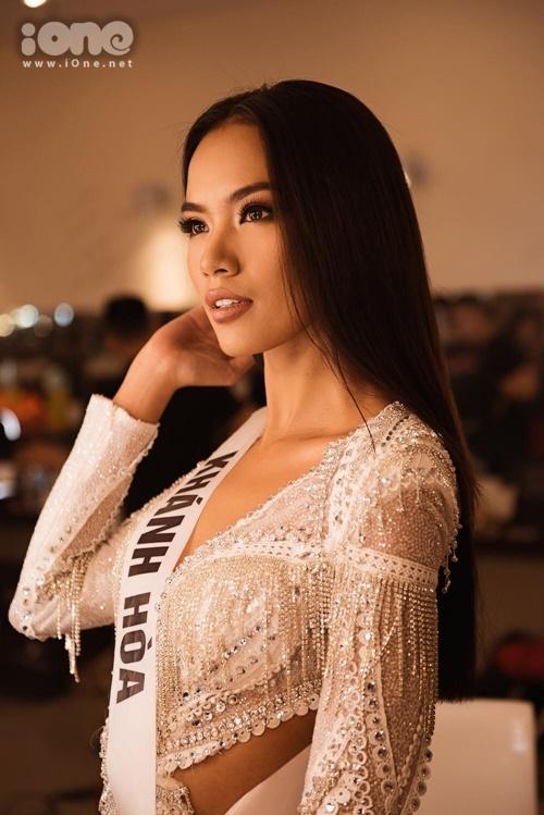 Biểu cảm của Hoàng Phương thiếu sự đa dạng.Cô thường xuyên chụp hình hở môi.Nụ cười của cô khá gượng gạo.