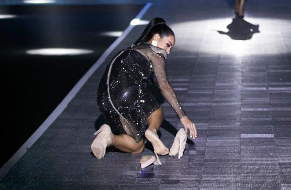 Là một trong 8 vedette của show diễn Chung Thanh Phong diễn ra tối 3/12, Thúy Hạnh nhận được nhiều sự cổ vũ khi tái xuất trên sàn diễn. Tuy nhiên cựu siêu mẫu gặp sự cố đáng tiếc khi trình diễn được nửa chừng. Đôi giày cao gót bất ngờ bị gãy rời phầnđế khiến Thúy Hạnh ngã dúi dụi, đầu gối chà xát với bề mặt sàn runway được làm bằng đèn LED.