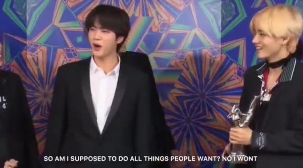 Vậy tôi phải làm tất cả những gì người khác muốn sao? Không đời nào! - phản ứng của Jin khi MC yêu cầu anh chàng đội vòng hoa giấy lên đầu.