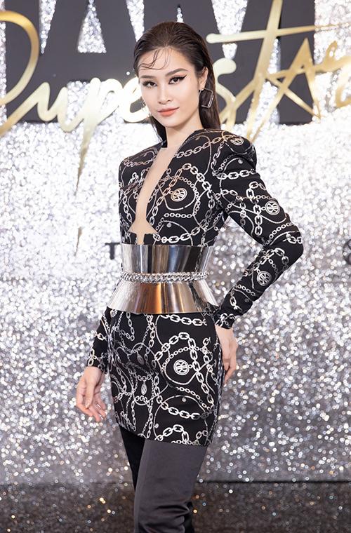 Đông Nhi cá tính, thời thượng với phong cách khác hẳn mọi ngày. Cô diện đầm xẻ ngực sexy, mix cùng belt kim loại và quần dài vô cùng mới mẻ.
