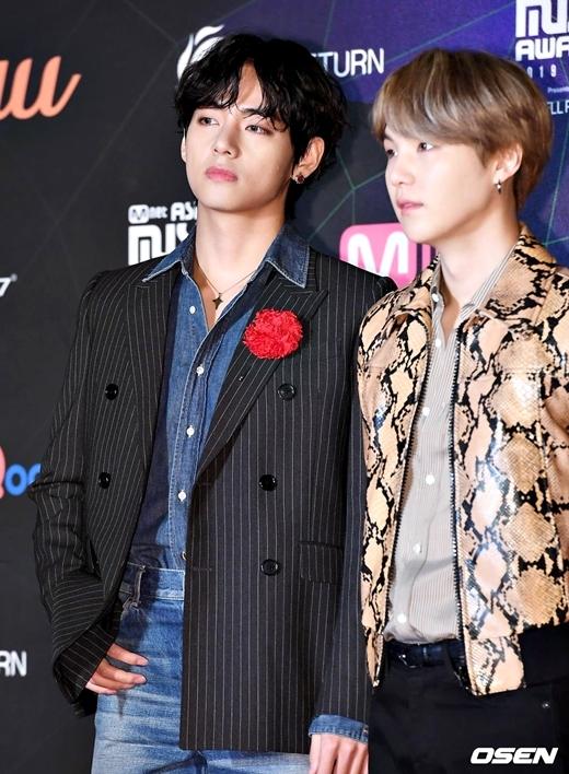 Chiều 4/12, BTS là một trong những nghệ sĩ tham dự lễ trao giải Mnet Asia Music Awards 2019 (MAMA) tổ chức tại sân vận động Nagoya, Nhật Bản. Ngoại hình của V trở thành chủ đề được cộng đồng Army bàn luận sôi nổi trên Twitter.