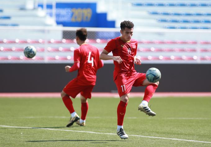 <p> Bùi Tiến Dụng sở trường là tiền vệ, nhưng tại SEA Games 30, anh đang được HLV Park Hang-seo sử dụng ở vị trí trung vệ. Cầu thủ thuộc biên chế SHB Đà Nẵng thi đấu trong trận thắng Lào 6-1 ở lượt trận thứ hai.</p>