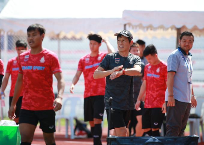 <p> Khoảng 5 phút trước khi Việt Nam hết giờ tập luyện, Thái Lan đã có mặt trên sân, để chờ đến ca kế tiếp.Đúng 10h59, Việt Nam ngừng tập, nhường sân cho thầy trò Akira Nishino.</p> <p> U22 Việt Nam đang đứng đầu bảng B với 12 điểm và hiệu số +13 sau bốn trận. Đội sẽ gặp U22 Thái Lan vào 15h ngày 5/12.</p>