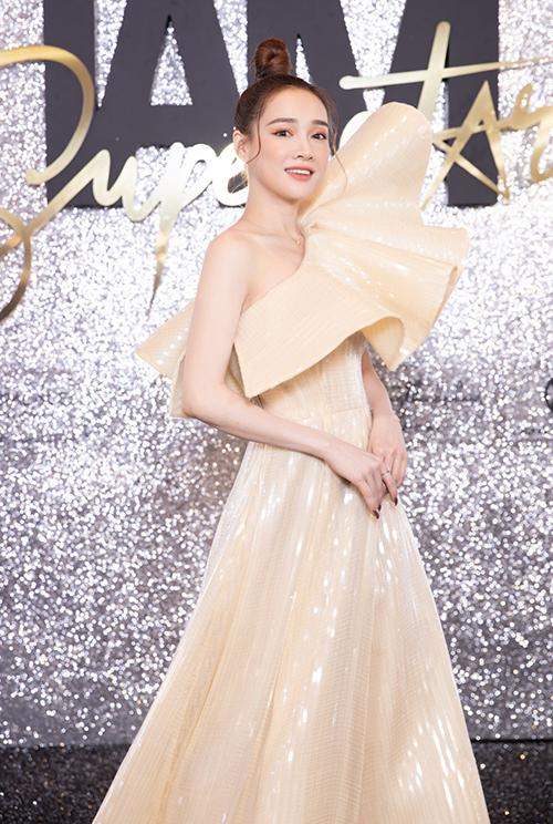 Thêm một superstar chiếm sóng sự kiện là Nhã Phương. Nữ diễn viên chọn cho mình bộ cánh màu vàng lệch vai, phảng phất hình ảnh nữ thần.