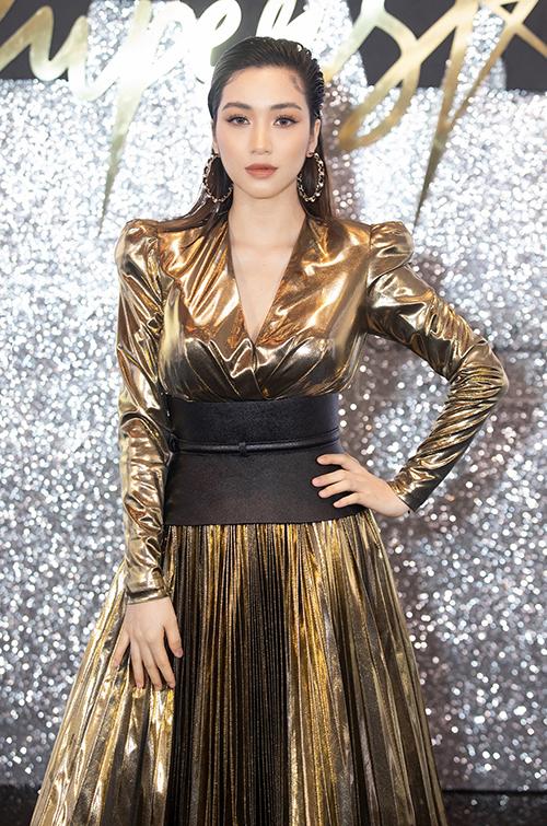 Hòa Minzy tái xuất sau thời gian vắng bóng ở showbiz. Cô xúng xính chiếc đầm vàng độn vai xẻ ngực màu vàng metallic, nhấn nhá thêm thắt lưng bản to và ankle boots đen, tạo nên tổng thể tông xuyệt tông cá tính.