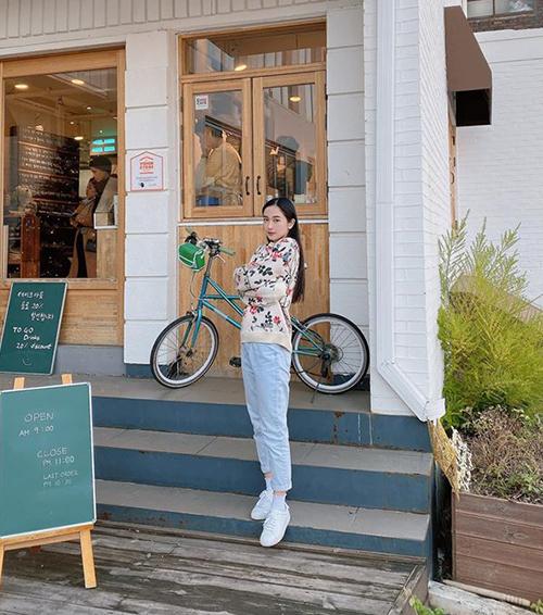 Jun Vũ mặc mỏng manh dạo phố Seoul rét buốt.