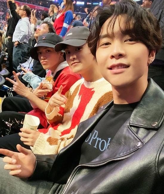Ba thành viên NCT gồm Johnny, Mark và Tae Yong đi xem bóng rổ NBA.