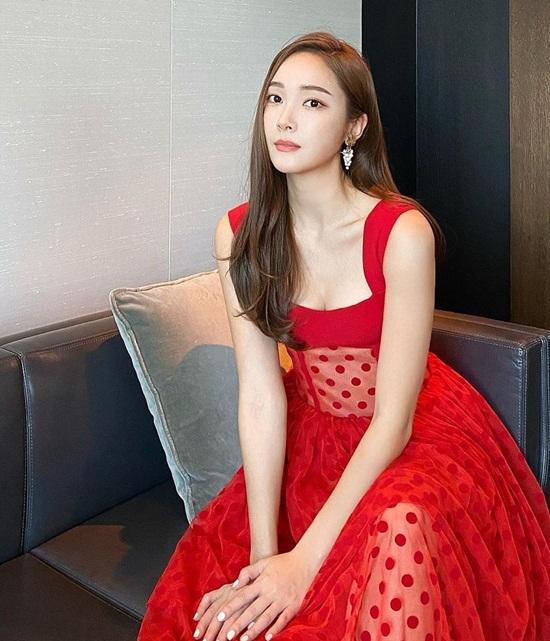 Jessica diện đầm đỏ cổ vuông khoe thềm ngực gợi cảm.