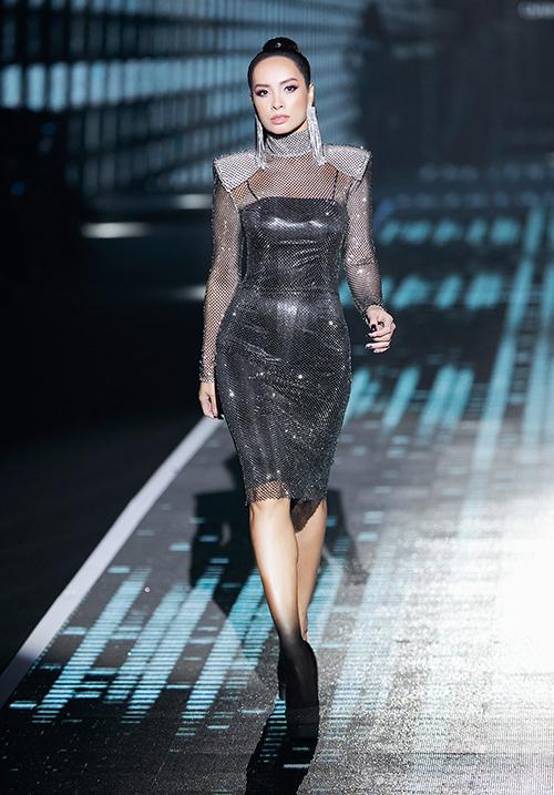 Khi trình diễn, Thúy Hạnh diện bộ váy ôm sát, kết hợp giày cao gót 15cm. Đã lâu không lên sàn diễn nhưng siêu mẫu vẫn thể hiện sự tự tin.