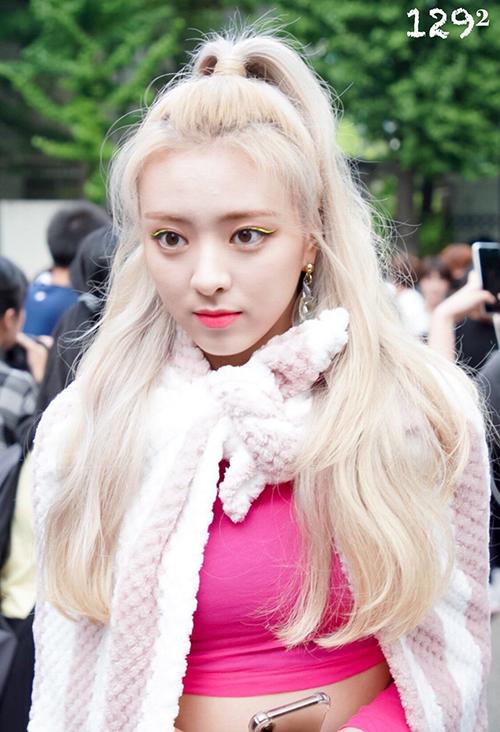 Từ khi debut đến nay, idol 16 tuổi của ITZY luôn gắn với những kiểu tóc màu nổi. Sau tóc đỏ nổi bật, Yuna tiếp tục nhuộm màu vàng hoe. Nhờ làn da trắng, nữ idol được khen giống như búp bê. Phong cách ăn mặc ngập tông hồng càng giúp Yuna trông như Barbie sống.