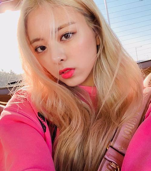 Khi mặc đồ hồng, Yuna khéo chọn lối trang điểm cùng tông. Đôi môi hồng cánh sen giúp mái tóc vàng óng và gương mặt của nữ idol thêm nổi bật.