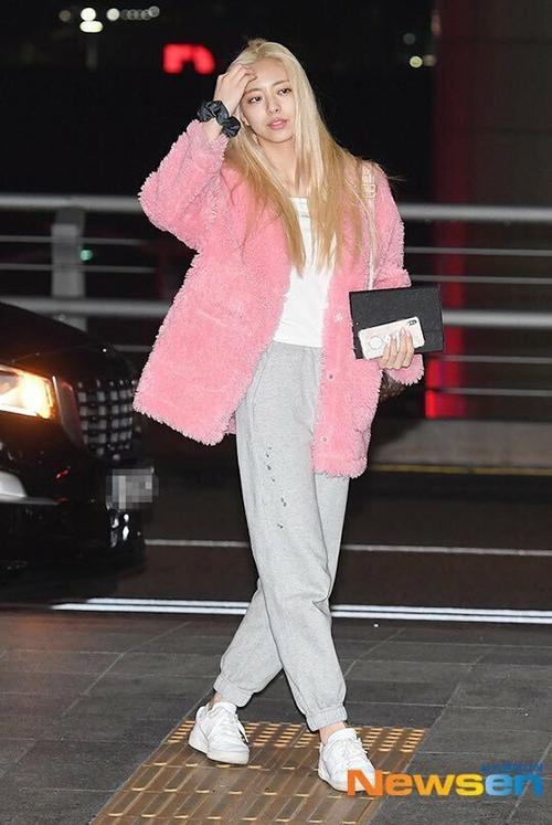 Trong những lần vội vàng ra sân bay với gương mặt mệt mỏi, trang phục hồng xinh xắn cũng giúp Yuna ấn tượng hơn.