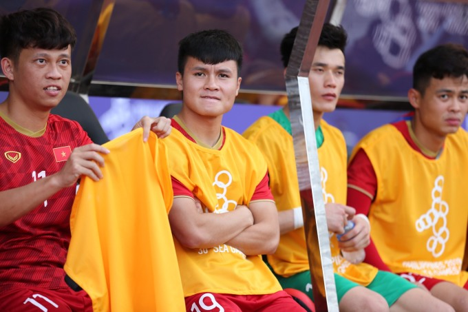 <p> Quang Hải ngồi trên ghế dự bị do chấn thương từ trận đấu trước. Thủ quân U22 Việt Nam bị rách cơ đùi, không thể tham gia trận đấu với Thái Lan.</p>