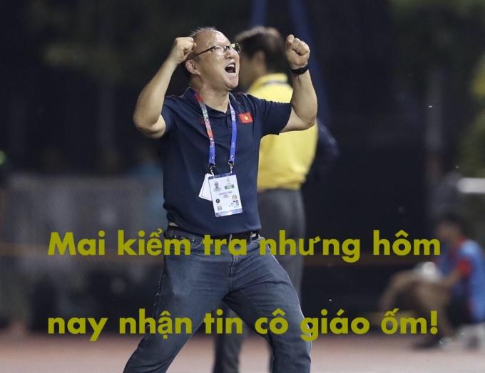 <p> Cầm hòa U22 Thái Lan, U22 Việt Nam có mặt ở vòng bán kết với ngôi đầu bảng B. Khoảnh khắc HLV Park Hang-seo cười tít mắt ăn mừng sau cú đá pen của Tiến Linh khiến CĐV cười ngặt nghẽo.</p>
