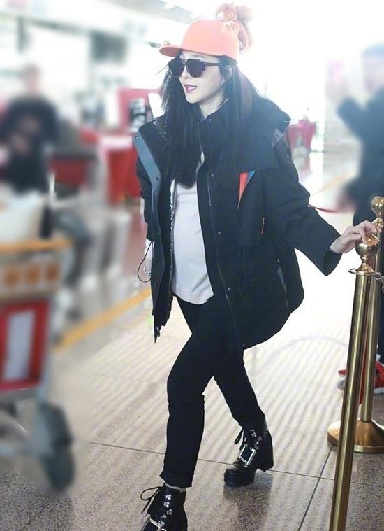 Ngày 4/12, Phạm Băng Băng xuất hiện ở sân bay Bắc Kinh để đến Los Angeles (Mỹ) thực hiện lồng tiếng hậu kỳ cho phim điện ảnh 355.  Nhiều người lập tức chú ý đến vòng hai tròn ủm của nữ diễn viên và  nghi ngờ cô đang mang bầu. Từ khóa Bụng của Phạm Băng Băng cũng leo  top tìm kiếm trên Weibo.