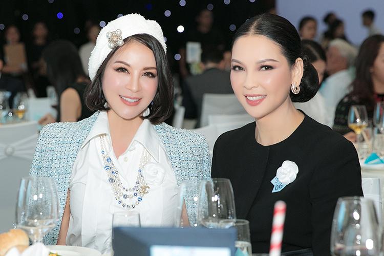Nữ diễn viên ngồi cùng bàn tiệc chuyện trò với Thủy Hương - người bận thân thiết trong giới.