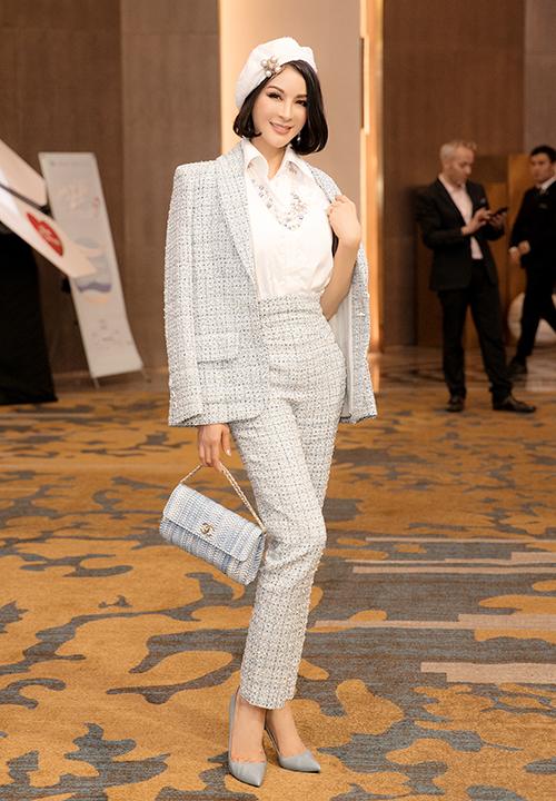 Mới đây, MC Thanh Mai gây chú ý khi diện cả cây hàng hiệu Chanel đi sự kiện. Người đẹp kết hợp sơ mi trắng với bộ suit màu xanh nhạt từ chất liệu tweed cao cấp. Để hoàn thiện vẻ ngoài, nữ diễn viên còn khéo léo bổ sung thêm loạt phụ kiện đồng điệu gồm mũ nồi, dây chuyền, hoa tai và túi xách từ nhà mốt danh tiếng.