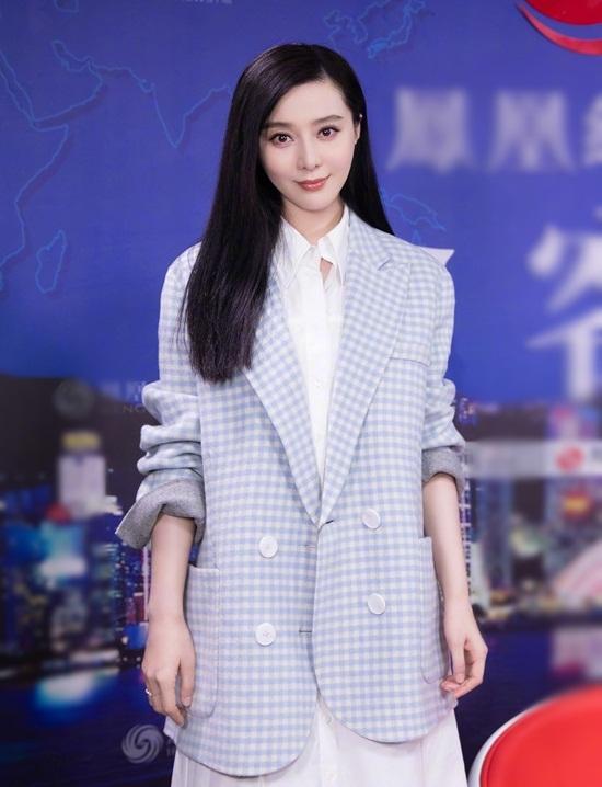 Trong một sự kiện hôm 22/11, Phạm Băng Băng diện váy sơ mi màu trắng trang nhã, khoác áo vest dài rộng giúp che vòng hai hiệu quả.