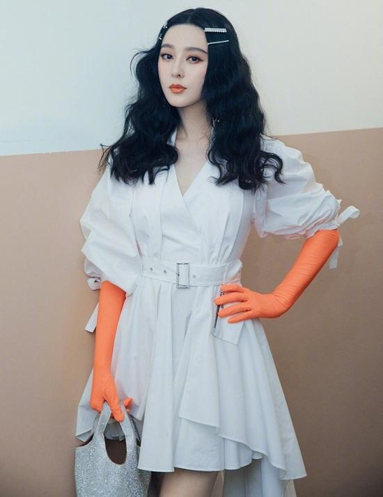 Ngày 4/11, Phạm Băng Băng dự show thời trang với bộ váy trắng được thắt eo cao, xòe bên dưới, cũng giúp giấu dáng tốt.