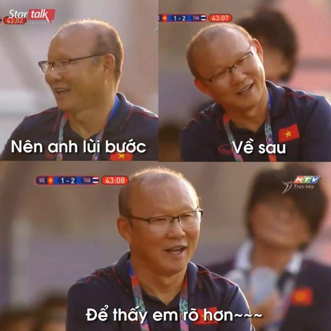 <p> Trước cú đá phạt góc của Hoàng Đức, ống kính truyền hình quay đến HLV người Hàn. Lúc này, ông Park đang vui vẻ trò chuyện với ban huấn luyện. Nụ cười hiền của ông Park được CĐV khen ''đẹp như quay MV ca nhạc''.</p>