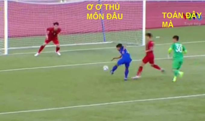 <p> Hậu vệ Việt Nam mắc lỗi vị trí và để quên Suphanat trước khu 16m50. Thủ môn Văn Toản băng ra nhưng không chặn kịp, ngay lập tức số 17 Thái Lan đưa bóng vào lưới trống.</p>