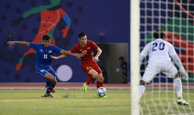 <p> Tiền đạo thuộc biên chế Becamex Bình Dương chính là người lấy lại thế chủ động cho Việt Nam khi ghi bàn ở phút thứ 15, lúc Việt Nam bị dẫn trước 2 bàn.</p>