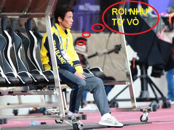<p> Phía trên khán đài, HLV Nishino cũng... rối như tơ vò.</p>
