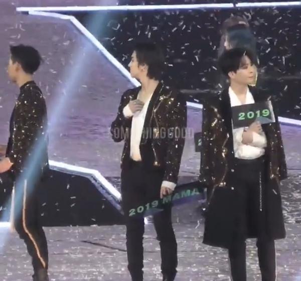 Và đây là hành động trả đũa của Young Jae (GOT7). Lễ trao giải phát cho các nghệ sĩ mỗi người cầm một tấm banner ghi 2019 MAMA, tuy nhiên Young Jae đãgấp đôi tấm banner lại, giấu chữ MAMA vào phía trong và chỉ giơ mặt có số 2019 ra ngoài.