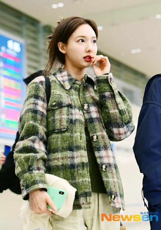 Na Yeon tươi tắn khi về Hàn.
