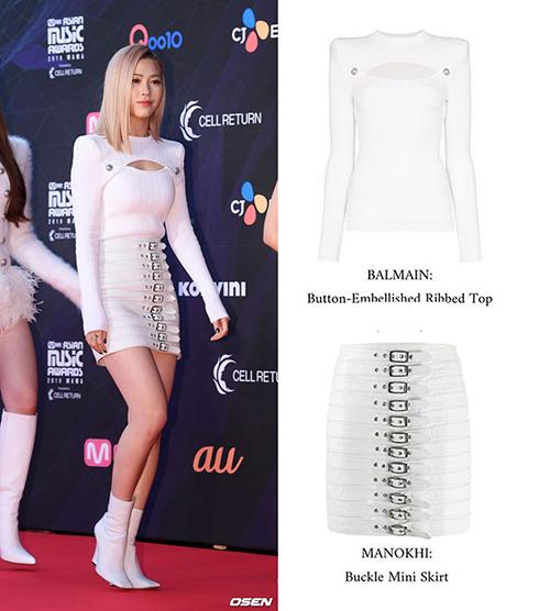Ryu Jin (ITZY) diện set đồ trắng gồm áo đến từ nhà mốt Balmain và chân váy với thiết kết đặc biệt của Manokhi, tổng giá trị set đồ là 1,920 USD (khoảng 44,4 triệu đồng).