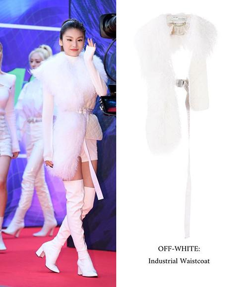 Ye Ji (ITZY) cực ngầu khi diện mẫu áo ghi lê lông đến từ OFF-WHITE, item có giá 2,205 USD ( khoảng 51 triệu đồng)