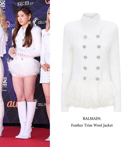 Với mẫu áo đắt giá Feather Trim Wool Jacket 4,316 (khoảng gần 100 triệu đồng) của Balmain, Chae Ryeong (ITZY) nổi bật khi lần đầu tham dự thảm đỏ MAMA.