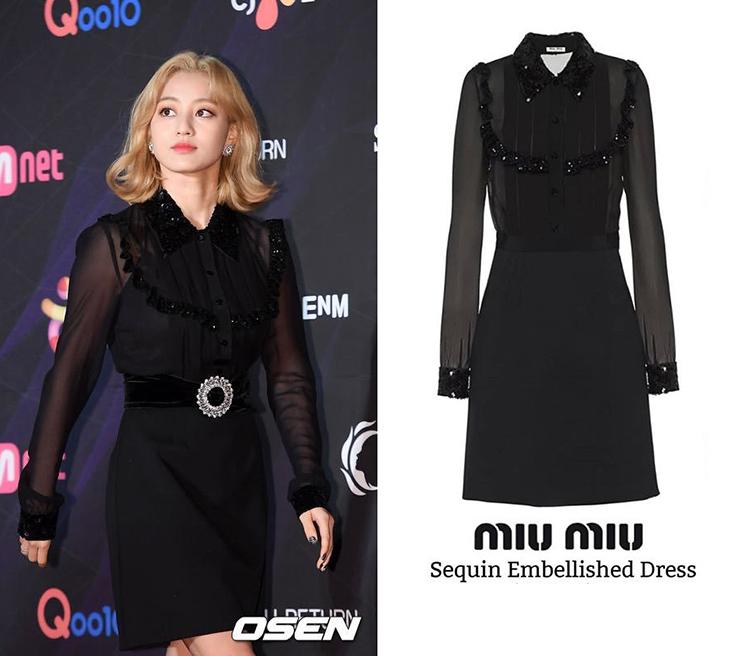 Ji Hyo (TWICE) thì lựa chọn mẫu váy đen 3,200 USD (khoảng hớn 74 triệu đồng) đầy quyền lực làm nổi bật làn da trắng cùng mái tóc vàng, item này cũng đến từ nhà mốt Miu Miu.
