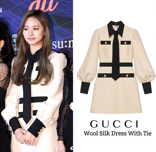 Em út Tzuyu (TWICE)  đầy trang nhã và thùy mị như cô nàng tiểu thư khi diện Wool Silk Dress With Tie của Gucci, item này có giá 3,077 USD (khoảng 71,2 triệu đồng).
