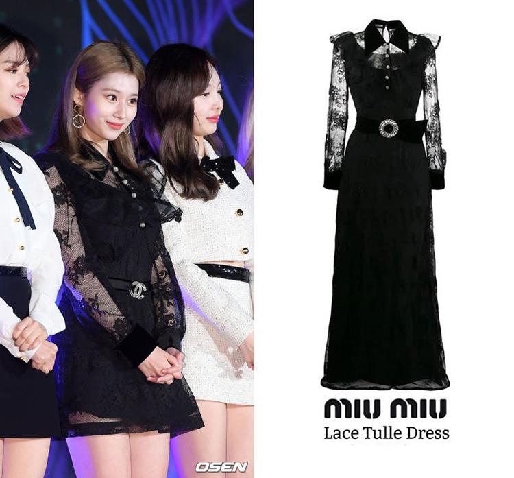 Mẫu váy đen Lace Tulle Dress đầy nữ tính cũng giúp Sana (TWICE) nổi bật trên thảm đỏ, item này có mức giá đắt đỏ 4,124 USD ( khoảng 95,4 triệu đồng).